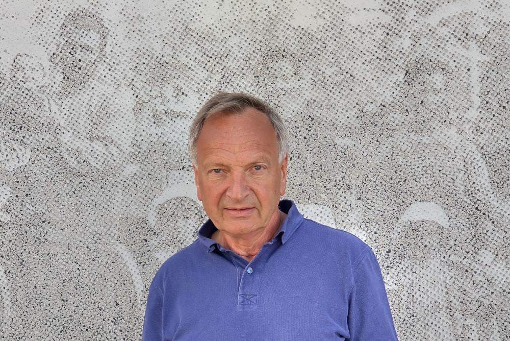 """Bo Victorin, analytiker på region Sörmland har koll på siffrorna. Han har tidigare också drivit kameltaxifirma i Luleå. """"Vi var ju tvunga att hitta på något däruppe!"""". Fotot i bakgrunden säger något särskilt om Sörmland. Foto: Johan Eriksson"""